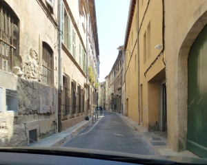 Extremely-narrow-streets-in-Avignon-Where_s-the-exit_