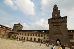 Basilica-di-S_-Ambrogio-courtyard