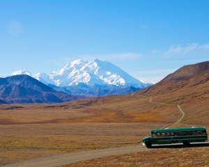 Green-shuttle-bus-at-Stony-Hill-Overlook-with-Denali-in-the-background